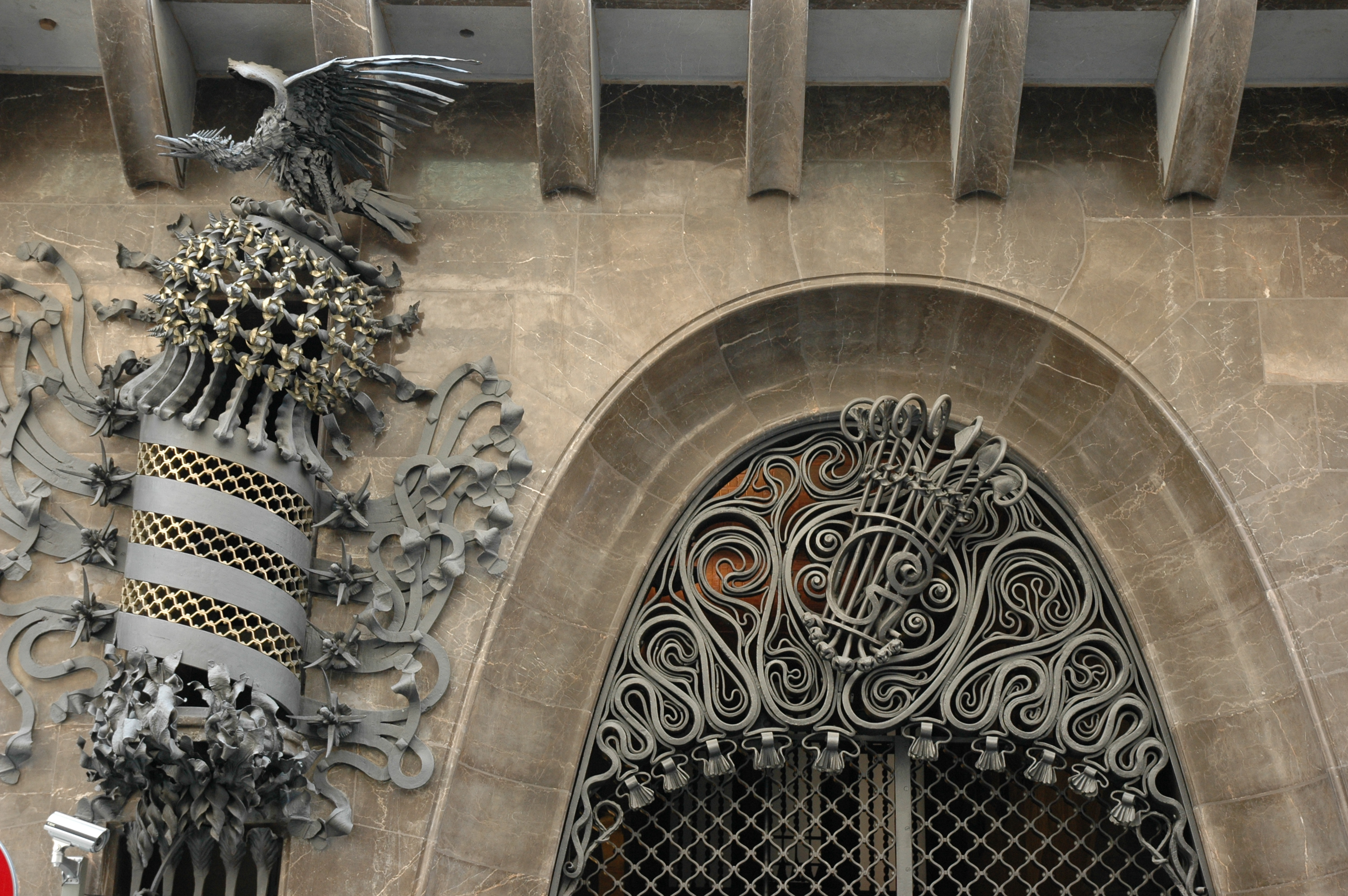 antoni gaudi architecture characteristics