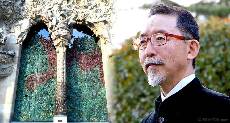 Etsuro Sotoo amb la porta de la façana del Naixement