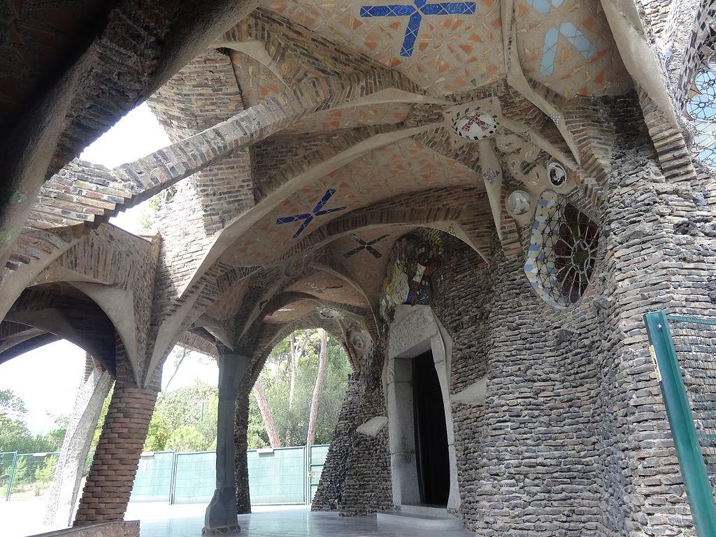 Puerta de la Cripta de la Colònia Güell