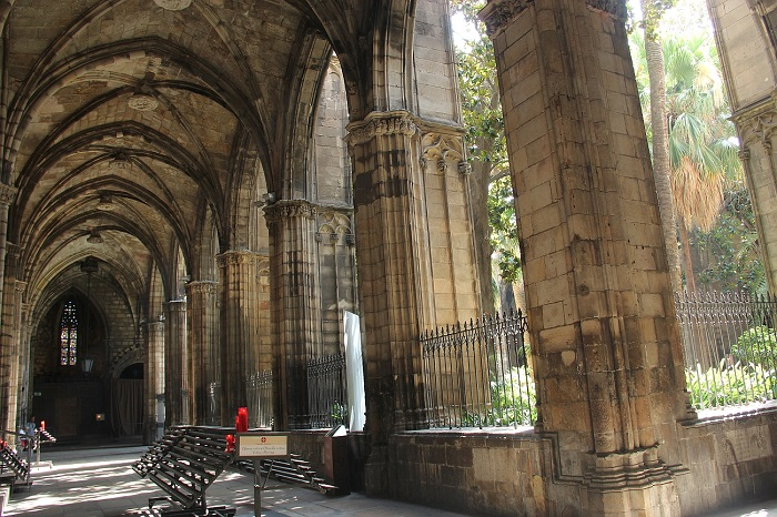 My 5 favourite patios in the gothic quarter what to do for Catedral de barcelona interior