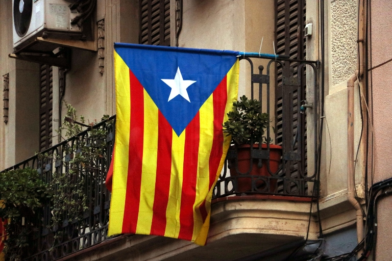 The 'balcony code': What do the flags in Catalan buildings