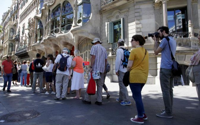 Tourists queuing in front of Casa Batllo