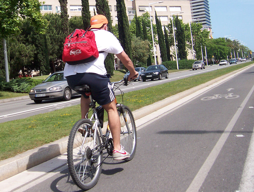 cycling in Barcelona ©Sergi Larripa_ Wikimedia Commons